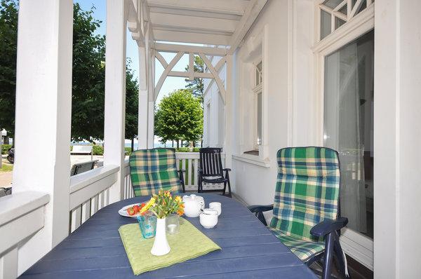 Möblierter Balkon für 6 Personen mit seitlichem Ostseeblick