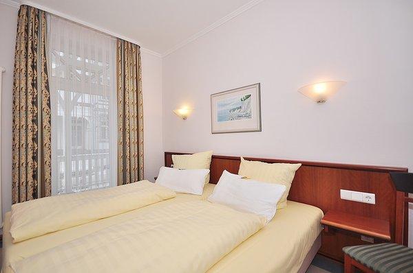 Schlafzimmer-1 in den Maßen 2 x 1,00m x 2,00m und separatem Zugang zum Badezimmer-1, Ankleidezimmer und Balkon