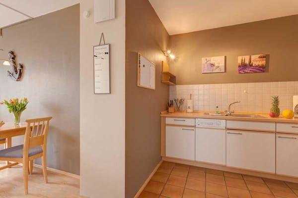 Esstisch und komplett eingerichtete Küchenzeile