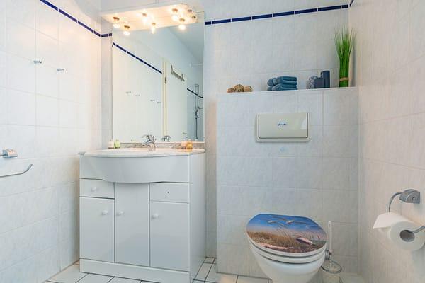 Waschbecken und Toilette im Badezimmer