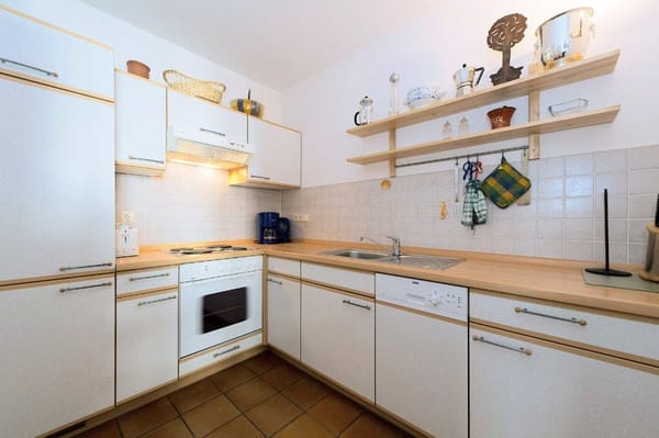 die komplette ausgestattete Küchenzeile