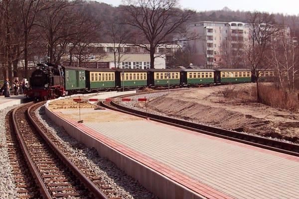 Der Rasende Roland fährt in den Bahnhof Sellin ein