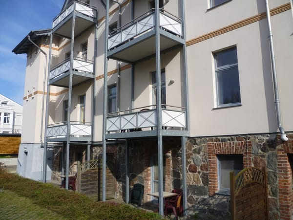 Hofseite mit Balkon
