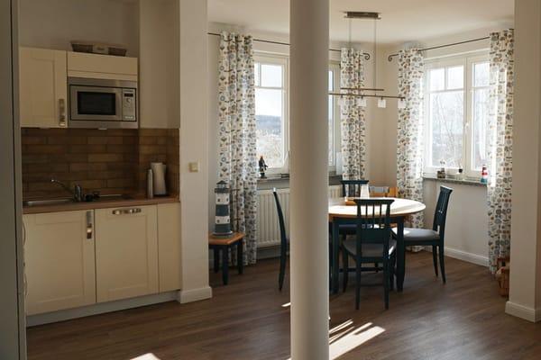 komplette ausgestattete Küchenzeile und Esstisch für 4 Personen