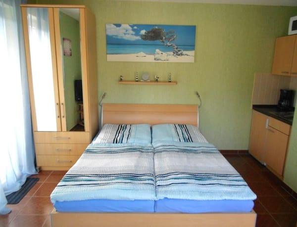 1,60 m Doppelbett mit Leselampen und Spiegelkleiderschrank