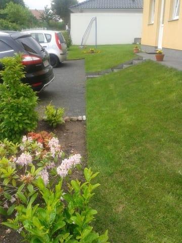 Parkplatz und separater-seitl. Eingang zum FeZi
