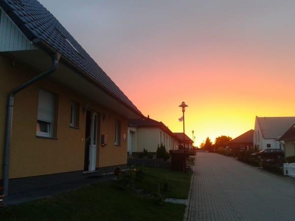 Zufahrtsstraße Amselring, links = Haupteingang Wohnhaus