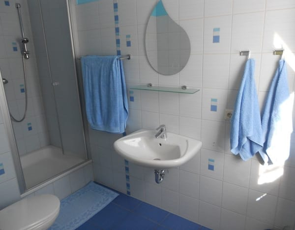 Waschbecken mit Spiegel und Handtuchhaltern