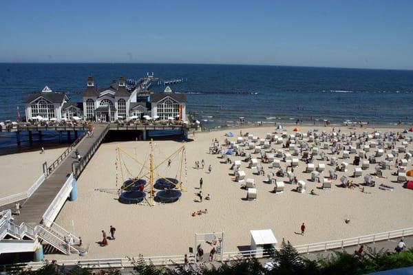 Der Strand mit Strandkörben und Seebrücke
