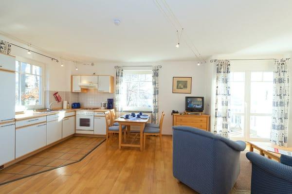 Blick auf Küchenzeile und in den Wohnraum
