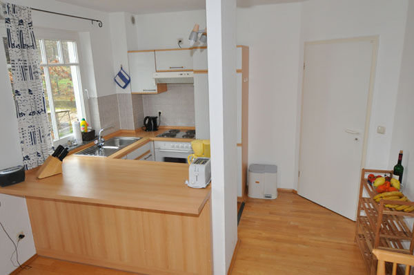 Küchenzeile und Blick Eingangsbereich