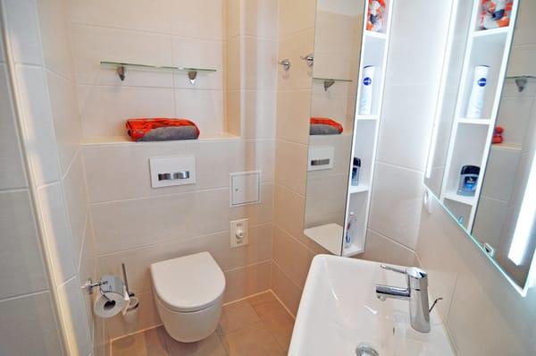 Badezimmer mit Waschbecken, WC und ...
