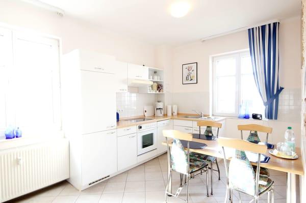 Küchenzeile mit separatem Essplatz