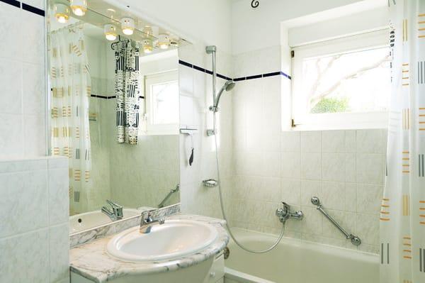 Badezimmer mit Badewanne/Dusche