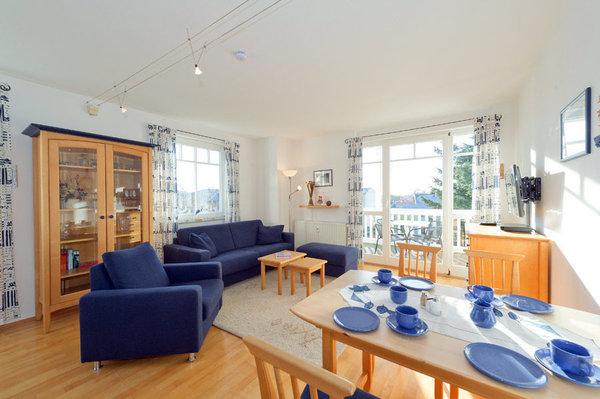Blick in den Wohnraum, TV und Esstisch