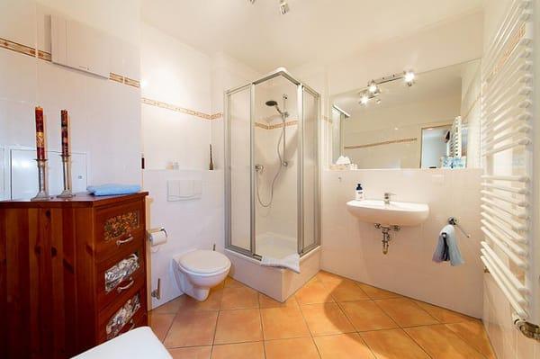 das schöne Badezimmer mit Dusche, WC und Waschtisch