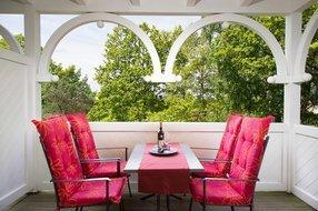 der Südbalkon lädt zu einem Glas Wein ein bei sonnigen Urlaubsstunden