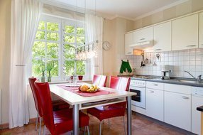 die moderne Küchenzeile mit separatem Essbereich