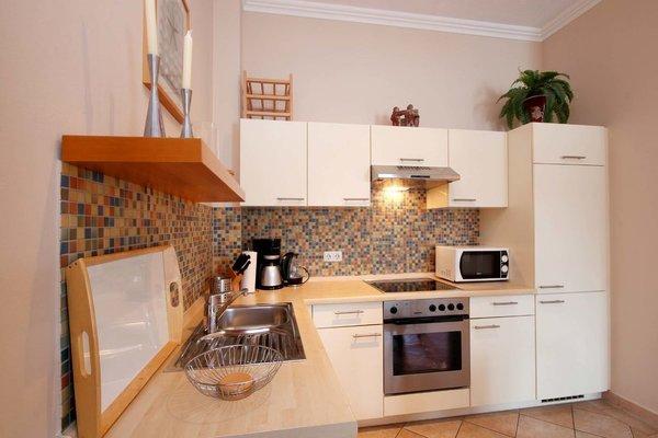 Küchenzeile mit u.a. Backofen, Geschirrspüler und Mikrowelle