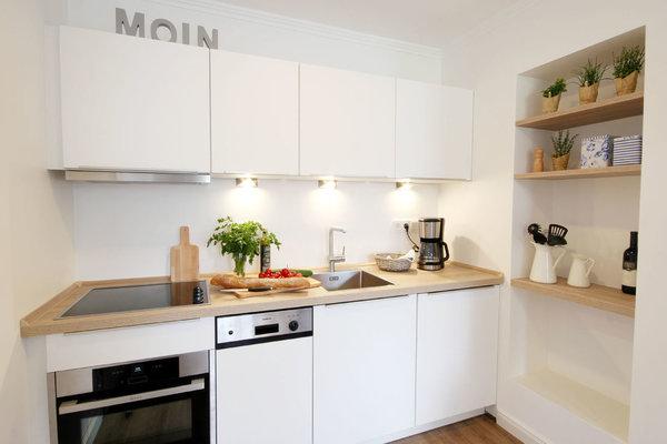 die gut ausgestattete Küchenzeile mit u.a. Geschirrspüler, Mikrowellen-/Backofenkombination, Cerankochfeld und Kühlschrank