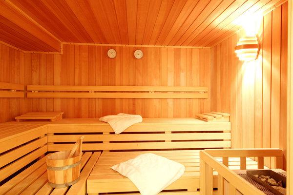 Münz-Sauna mit kleinem feinem Wellnesbereich im Keller