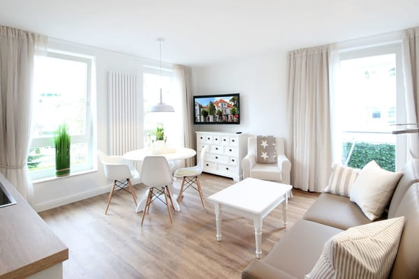 der moderne Wohnraum mit einer gemütlichen Sitzecke und einer Schlafcouch für die 3. und 4. Person