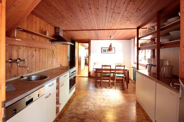 die große komplett ausgestattete Küche mit u.a. Backofen, Geschirrspüler, Ceranfeld