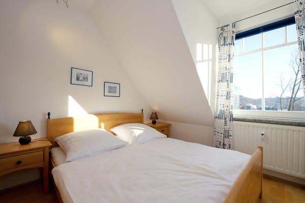 1. Schlafzimmer mit Doppelbett . . .