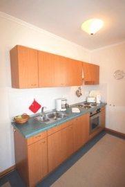 die gut ausgestattete Küchenzeile mit u.a. Backofen, Toaster, Wasserkocher und Kühlschrank
