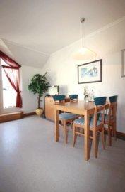 der separate Essplatz im Wohnbereich bietet zum Frühstück Platz in der warmen morgendlichen Sonne