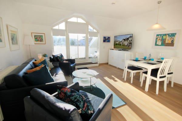 der gemütliche Wohnraum mit einem Schlafsofa für die 3. und 4. Person, TV, Radio und Zugang zum sonnigen Südbalkon