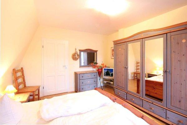Schlafzimmer mit Doppelbett, Kleiderschrank