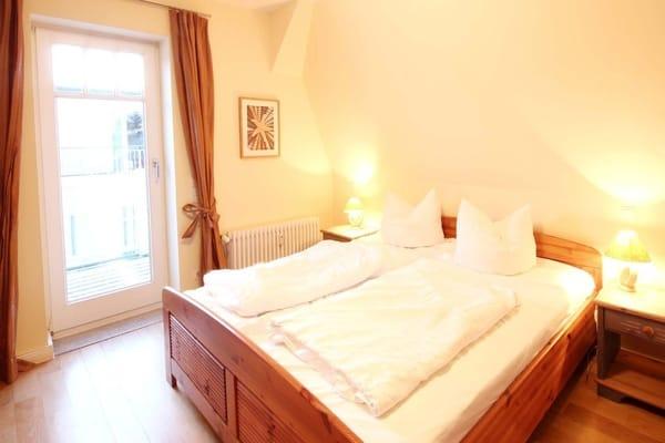 Schlafzimmer mit Zugang zum Südbalkon (Bild 2)