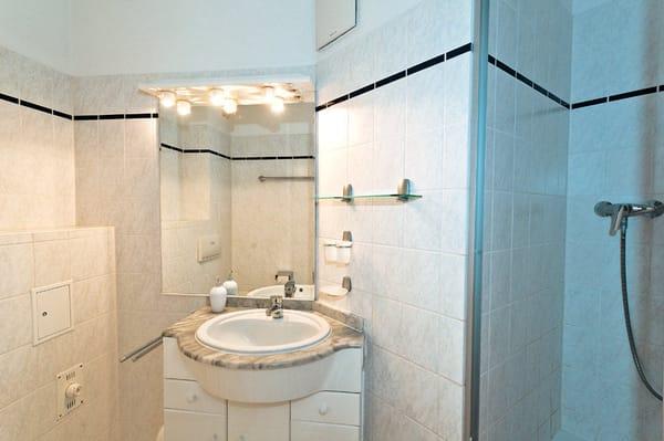 Badezimmer mit Waschbecken und Dusche