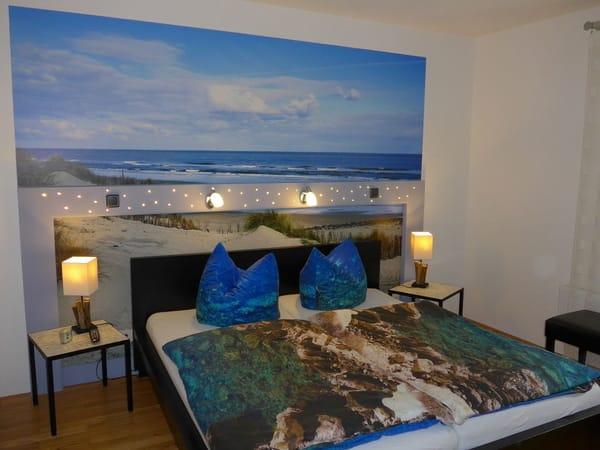 Das Schlafzimmer ist mit originellen Lichteffekten versehen. Hier läßt sich zusätzlich eine kleines Kinder-Reisebett aufstellen, das wir kostenlos zur Verfügung stellen.