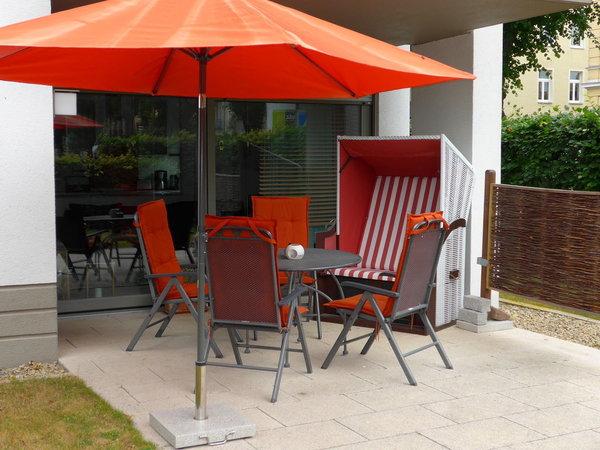 Terrasse (22 m²), umgeben von Rasenfläche und Hecke, von der Sie einen Blick in den Kurpark haben, mit Sonne von 9 bis 17 Uhr.