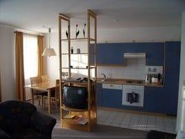 Küchenzeile mit Spülmaschine, Backofen und Mikrowelle