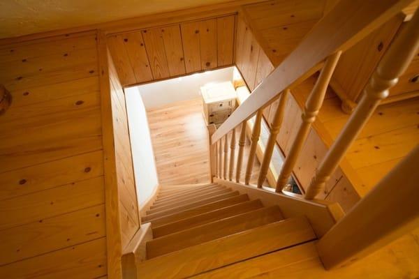 Über die Treppe gelangen Sie von dem unteren Schlafzimmer nach oben - in das zweite Schlafzimmer