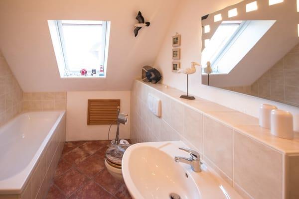 """Das Badezimmer, welches sich im """"Erdgeschoss"""" der Wohnung befindet, ist mit einer Badewanne ..."""