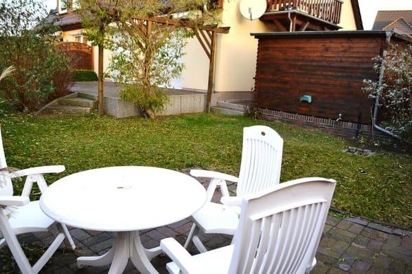 Zu dem Balkon steht Ihnen auf dem Grundstück des Hauses eine gemütliche Sitzecke im Garten mit zur Verfügung. Gerne darf auch gegrillt werden...