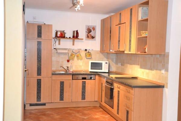 Im unteren Bereich der Wohnung bietet eine vollausgestatte Küchenzeile mit Ceranfeld, Backofen, Geschirrspülmaschine etc. jeglichen Komfort...