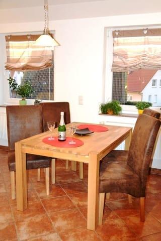 ...der Essplatz lädt zum Beisammensein zu den Mahlzeiten mit bis zu vier Personen ein. Der am Wohnbereich angrenzende Balkon rundet den Urlaubskomfort dieses Appartements ab.
