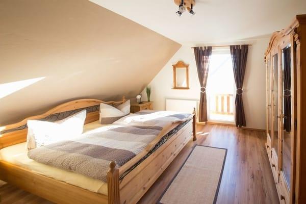 Zur Nachtruhe oder auch für ein Mittagsschläfchen zwischendurch lassen Sie sich einfach in das bequeme Doppelbett im Schlafzimmer fallen.