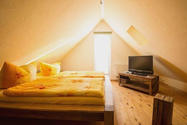 erreichen Sie das zweite Schlafzimmer, welches sich im Dachgeschoss des Hauses befindet.