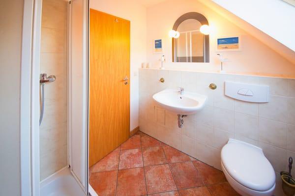 Das Badezimmer ist mit Dusche und WC ausgestattet.Ein Stellplatz direkt am Haus steht Ihnen kostenfrei während Ihres Aufenthaltes zur Verfügung.