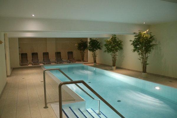 Pool, Ruheraum durch Glasfront abgetrennt