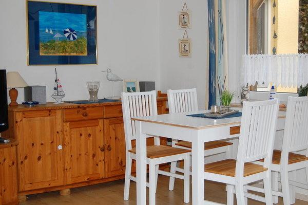 Helles und freundliches Ess-Wohnzimmer im martimen Stil dekoriert. Hier können sie sich wohlfühlen und den Alltagsstress vergessen.