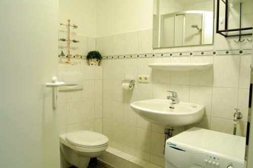 Das Bad ist ausgestattet mit einer  großen Dusche,einer Waschmaschine, einen Handtuchtrockner, Kosmetikspiegel und bietet genügend Ablageflächen für ihre Hygieneartikel.