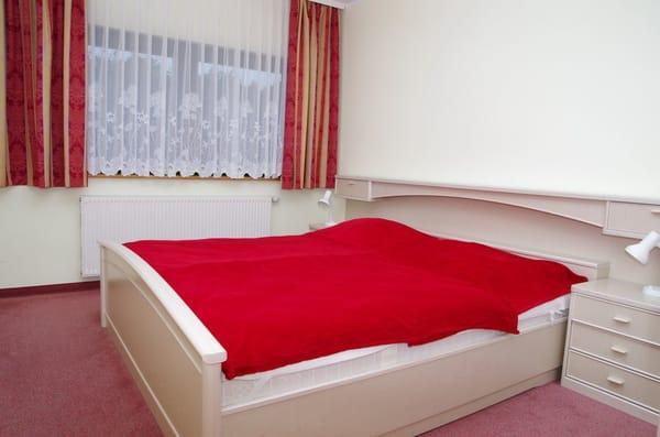 Elternschlafzimmer mit Verdunklungsvorhängen