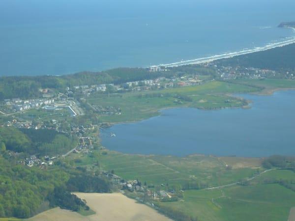 Sellin von oben - eingebettet vom Wasser der Ostsee und des Selliner See`s
